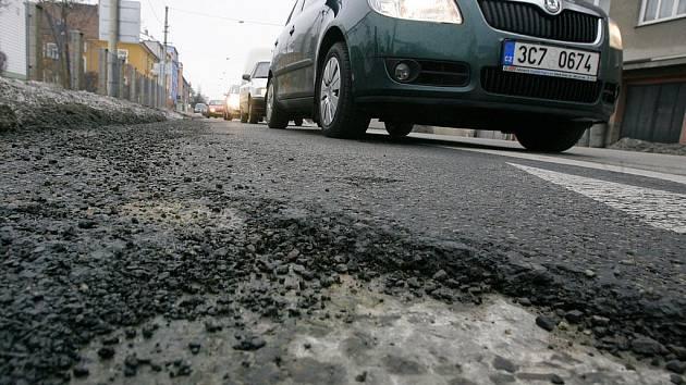 Na českobudějovických silnicích přibývá po zimě výtluků a děr. Mezi nejvíce poškozené patří Novohradská ulice. Magistrát města a Správa a údržba silnic Jihočeského kraje výtluky kontroluje a ty nejhorší provizorně zasypává. Zcela je opraví až na jaře.