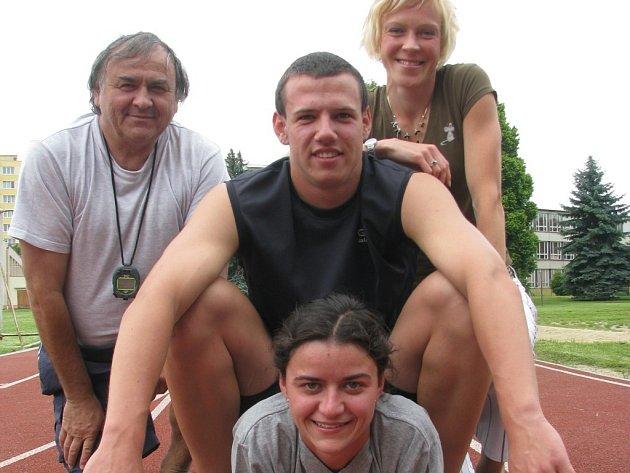 Atleti SK Čéčova se chystají na extraligu,  představí se i v Sušici.  Na snímu nahoře vlevo trenér Váňa, vpravo Melichová,  nad Váňovou talentovaný sprinter Říčař.