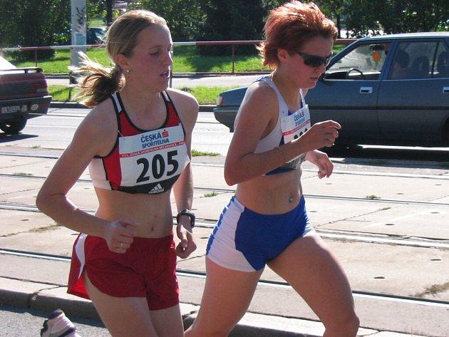 V juniorské kategorii excelovala v Běchovicích Lucie Sekanová (vlevo), která své největší soupeřce Lucii Sárové nadělila téměř minutu a zaběhla při své premiéře na desetikilometrové trati vynikající čas.