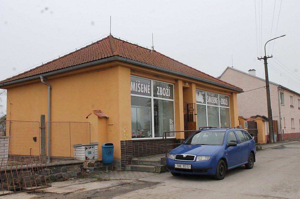 Obec Bošilec na Budějovicku se nachází nedaleko okresů Jindřichův Hradec a Tábor. Ty jsou pro místní nyní uzavřené. Na nákupy musí do bošileckého obchodu nebo například do Českých Budějovic vzdálených zhruba 30 kilometrů.
