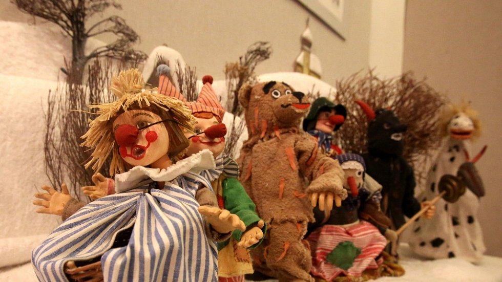 Přes deset scén z večerníčku Chaloupka na vršku nabízí do 31. prosince výstava v Prácheňském muzeu v Písku. Honzík, Anička či koza Čertice jsou postavičky, jež seznamují děti s rokem na vsi a ukazují jim tak zanikající svět lidových tradic.