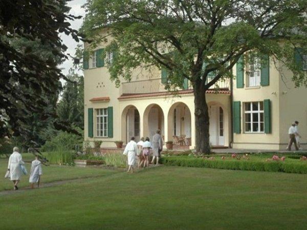 Rodinní příslušníci politiků se jdou do Benešovy vily ukrýt před blížící se bouřkou.