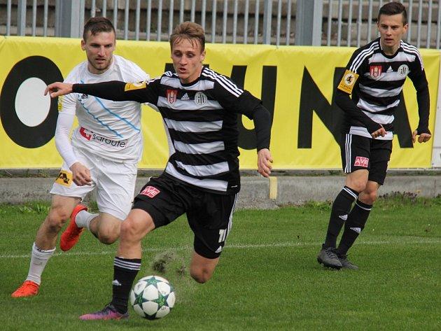 Po výhře ve Frýdku-Místku (na snímku Patrik Čavoš uniká Pavlu Ilkovi, vpravo Jakub Pešek) chce Dynamo uspět ve čtvrtek i doma proti Baníku.