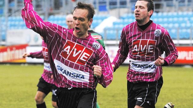 David Homoláč slaví svůj důležitý vyrovnávací gól proti Příbramí. S gratulací spěchá spoluhráč Jan Riegel.