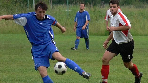 Tomáš Harant (vlevo) uniká v Nemanicích Kamilu Bláhovi. I tam dal bývalý fotnalista Viktorky Žižkov či Xaverova gól.