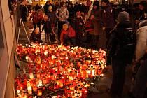Ze zapálených svíček a květin vytvořili lidé pro Havla tolik typické srdce.