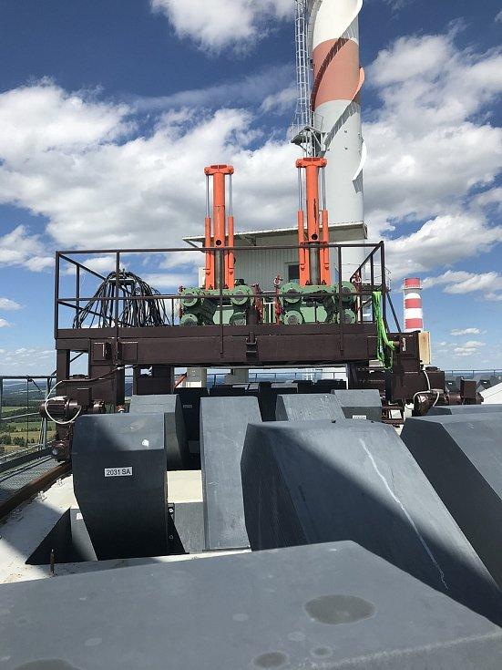 Napínací stroj museli energetici na začátku odstávky jeřábem vytáhnout na střechu více než 55m budovy.