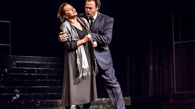 Opera Jihočeského divadla nabízí 7. prosince 2013 dvojvečer: nejdřív zazní světová premiéra scénické kantáty Nyní a navždy Maria De Roseho, poté opera Sedlák kavalír. Na snímku Olga Romanko a Lázaro Calderón v Sedláku kavalírovi.