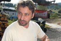 Josef Jandač vždycky hodně dbal na letní přípravu, ze které jeho svěřenci těžili po celou sezonu. Na snímku z loňského roku vybírá trasu pro cyklsitickou etapu.