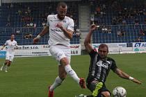 Martin Sladký na Slovácku ve skluzu blokuje střelu domácího Jurečky: Slovácko – Dynamo v I. lize nakonec 1:0.