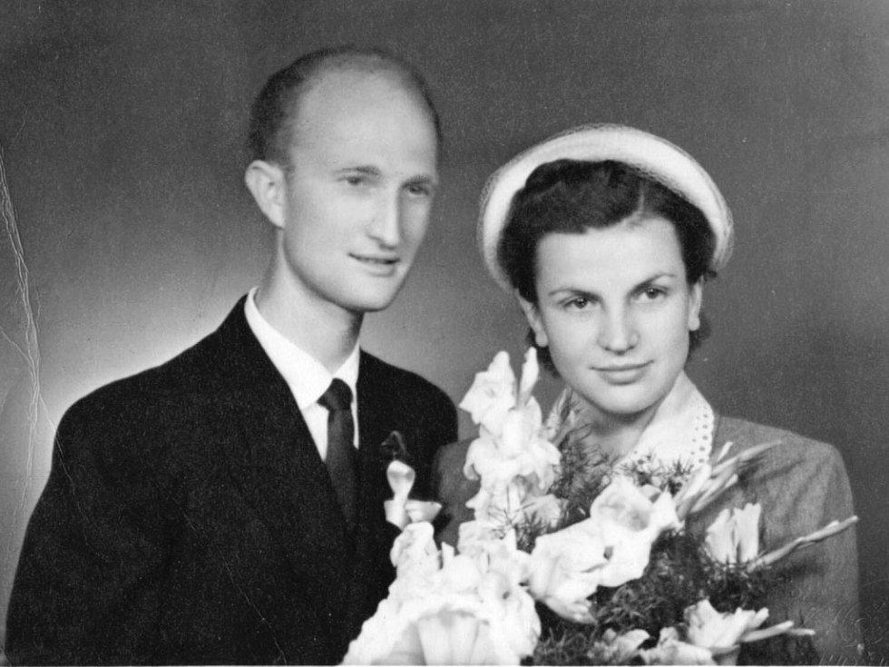 Ladislav Havel, jihočeská legenda, která naučila hrát na housle stovky žáků včetně Pavla Šporcla, slavil 22. května 2015 své 90. narozeniny. Na snímku svatební fotografie s manželkou Marií.