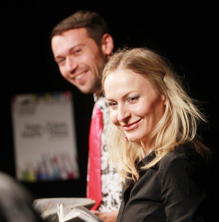 Projekt scénického čtení Listování oslavil 30. listopadu v Českých Budějovicích deset let. Na snímku Lenka Janíková a Lukáš Hejlík.