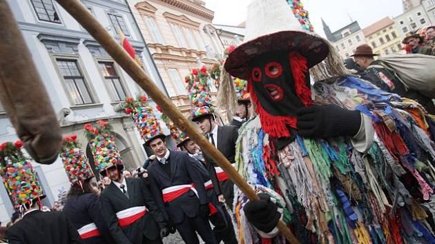 Také České Budějovice si užily masopustní veselí. V průvodu tu tradičně nechybí mládenecká, slaměná a mečová koleda.
