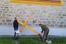 Na Hluboké osazovali v uplynulých dnech okolo kostela sv. Jana Nepomuckého další kříž.