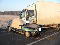 Smrtelná nehoda ukončila krátce po 7. h život řidiče osobního vozu, který se čelně střetl s nákladním vozem.