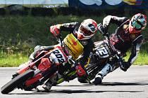 Vítěz píseckého závodu Milan Sitnianský (vpravo) stíhá legendu českého supermota Petra Vorlíčka.