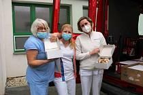 Pro personál Nemocnice České Budějovice napekli v Dubném, Křenovicích a Jaronicích sto kilo vánočního cukroví. Voňavý dar byl přijat velmi vřele.