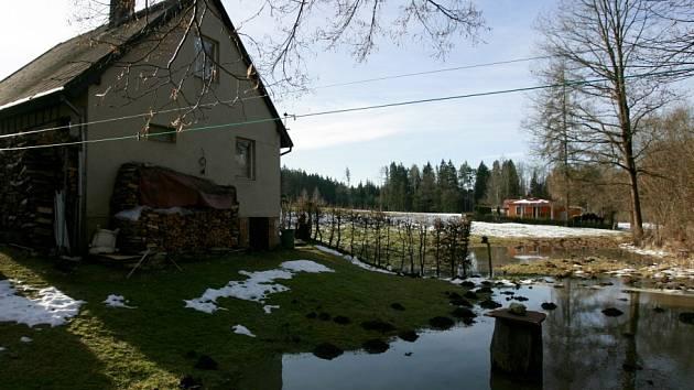 Pár metrů od chat se zastavila rozvodněná řeka Stropnice poblíž Borovan. Bezesnou noc prožili lidé v Plavu, kde hrozila Malše a kam vyrazili i hasiči.