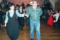 """Přátelé country tanců vystoupili i na plese v Záboří (na snímku). S nadsázkou si někdy říkají Skupina Hic. """"Protože je nám při tanci horko,"""" vysvětluje s úsměvem Olga Petrášková."""