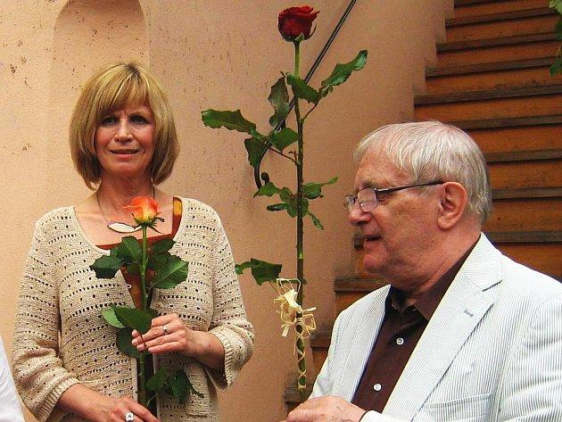 Výstava v Komorní galerii U Schelů provede návštěvníky čtyřicetiletou tvorbou  Jiřího Suchého. Na snímku s Jitkou Molavcovou.