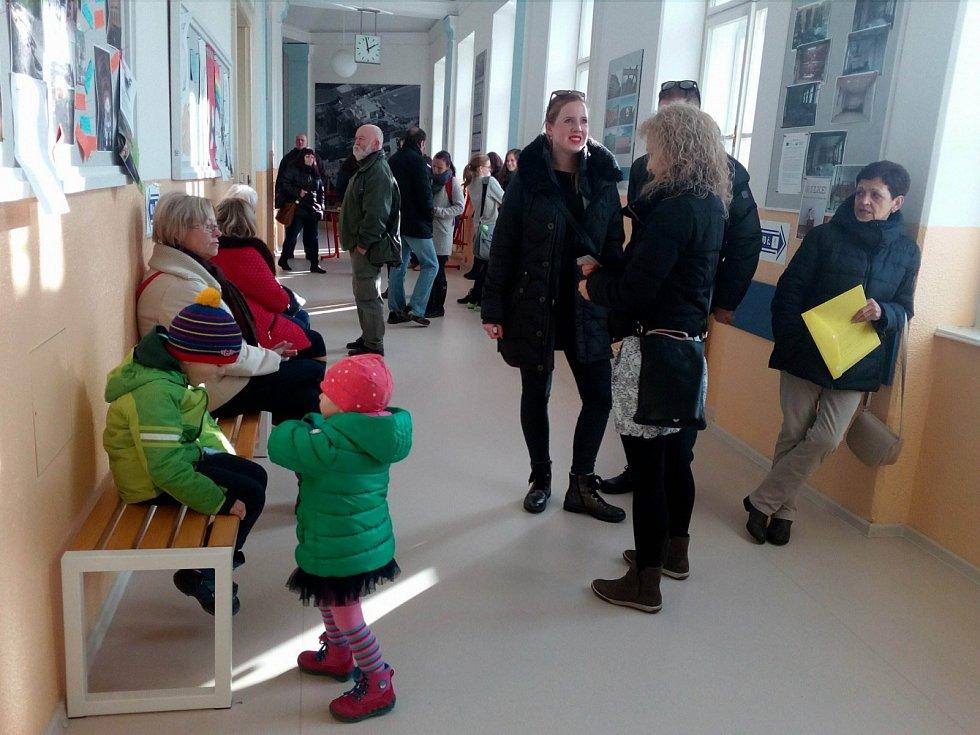 Na otevření volební místnosti už čekali také lidé, kteří přišli k volbám v Českých Budějovicích v Gymnáziu Česká.