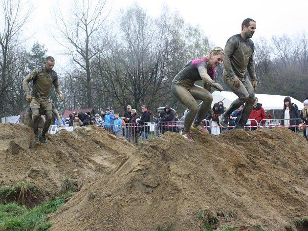 Na obtížnou trať plnou bahna a překážek závodu ARMY RUN na Křivonosce se vydalo více než tisíc nadšenců.