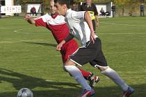 Host v sestavě Kamenného Újezda Stanislav Šálek si to na snímku namířil rovnou k brance Křemže. Římovský střelec pomohl svému  týmu k vítězství dvěma góly.