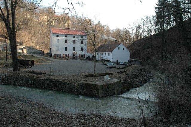 Housův mlýn (vlevo) v údolí Tismenického potoka dnes slouží jako zážitkový skanzen husitství. Zde byl Gaspard uvězněn.