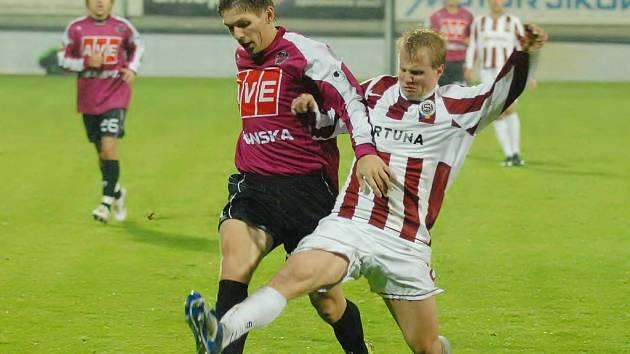 Dynamo bylo mistru ligy rovnocenným soupeřem: Tomas Radzinevičius se snaží uniknout sparťanu Davidu Limberskému.