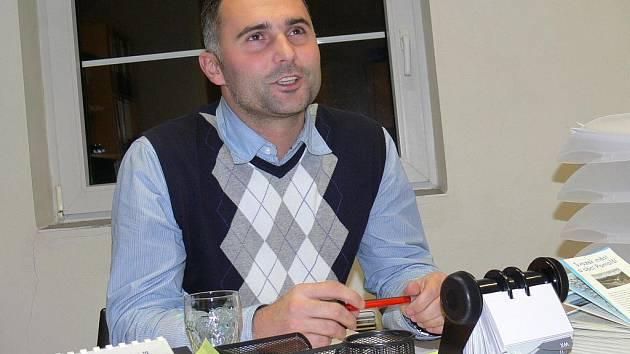 Takhle ho fotbaloví fanoušci neznají: inženýr Tomáš Pintér v kanceláři starosty v Plané.