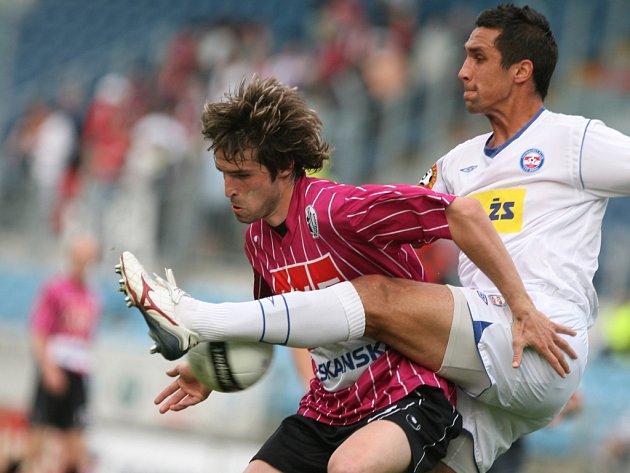 Vedoucí gól Dynama v nedělním utkání I. fotbalové ligy s Brnem vstřelil Tomáš Sedláček (na snímku bojuje s brněnským Martinem Živným).