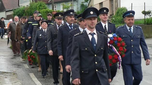 Pochodem k pomníku padlých byla zahájena oficiální část oslav 130 let trvání Sboru dobrovolných hasičů Římov.