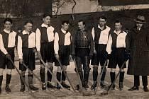 Strakonický fotograf Blažek zvěčnil na konci ledna 1928 mužstvo AC Stadion ČB při jeho prvním turnajovém úspěchu.