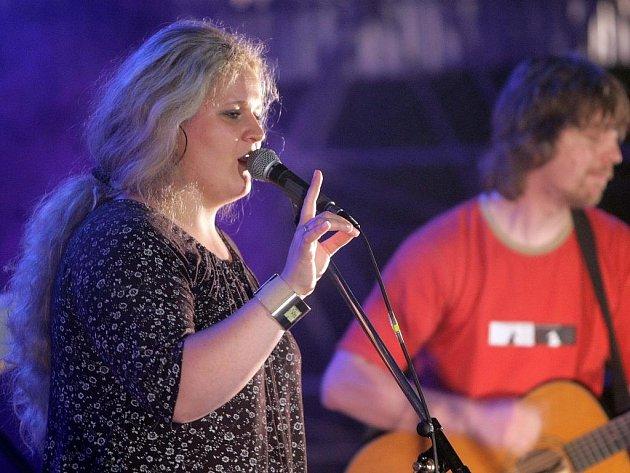 Liberecká skupina Jarret (na snímku zpěvačka Hana Skřivánková) koncertuje v sobotu v budějovickém klubu Solnice. Zahraje na akci Folk is not mrteff.