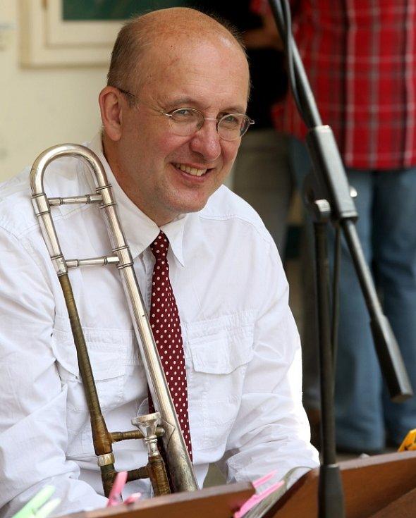 Obnovená kapela Schwarzenberské gardy hrála 5. července na náměstí v Českém Krumlově. Na snímku trombonista Jaroslav Kurzweil.