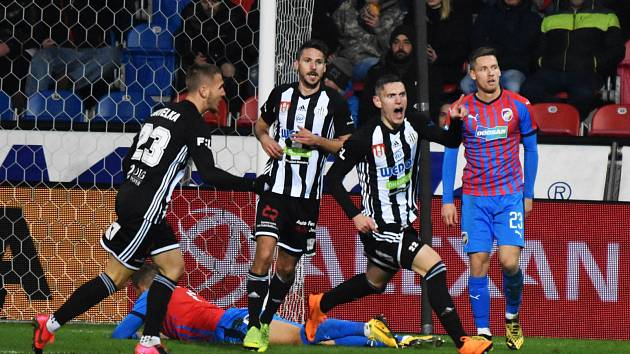 Obrovská byla radost Karola Mészárose z jeho gólové trefy v Plzni (gratulovat mu běží Havelka a Brandner, vpravo smutní Kalvach), bohužel ta radost byla předčasná, sudí gól odvolal...