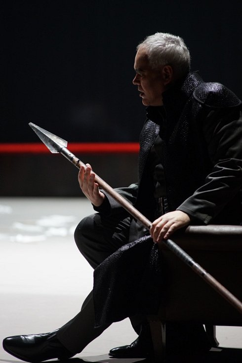 Hudební divadlo v rakouském Linci nastudovalo Wagnerovy Nibelungy. Téměř pětihodinový Soumrak bohů proměnilo v napínavý a dynamický útvar. Na snímku Albert Pesendorfer jako Hagen.