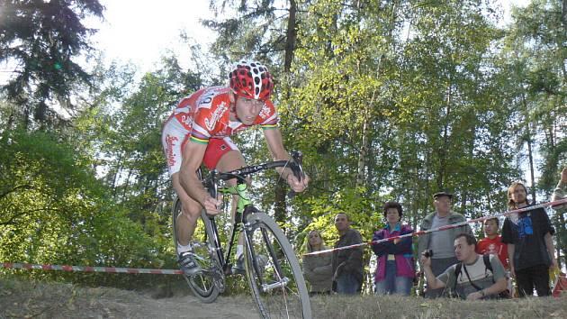 Martin Bína zatím v letošní  sezoně září. Ze čtyř závodů Toi Toi Cupu tři vyhrál! Kvalitní jízdou se blýskl o víkendu i v prvním závodě SP v Belgii. V neděli ho na táborské trati čeká letošní druhé pokračování SP.
