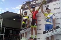Medek triumfoval v kategorii U23 v pohárovém závodě v Blatné. Na snímku uprostřed s druhým Kolojírosem a třetím Lichnovským.