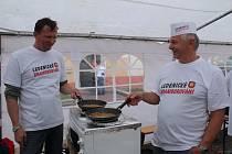 Šest týmů z jižních Čech soutěžilo o nejlepší bramborák na Ledenickém bramborování. Vítěz dostal ... jak jinak než pytel brambor.