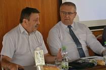 Jan Švec (vlevo) s předsedou OS KOVO Jaroslavem Součkem. Jan Švec byl dlouholetým předákem odborů v některých budějovických strojírenských podnicích.