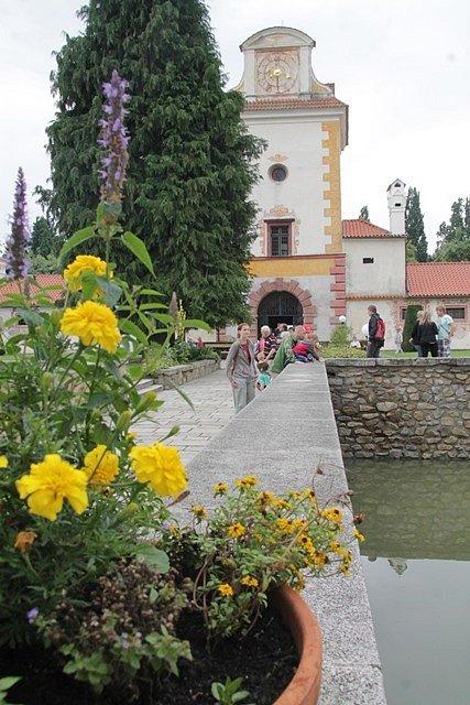 Turisté na zámku Kratochvíle.