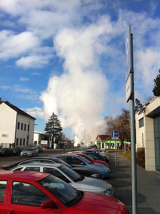 V pondělí kolem poledne mezi supermarkety Terno a Spar v krajském městě byla vidět oblaka páry. Zřejmě došlo k havárii na parovodu.