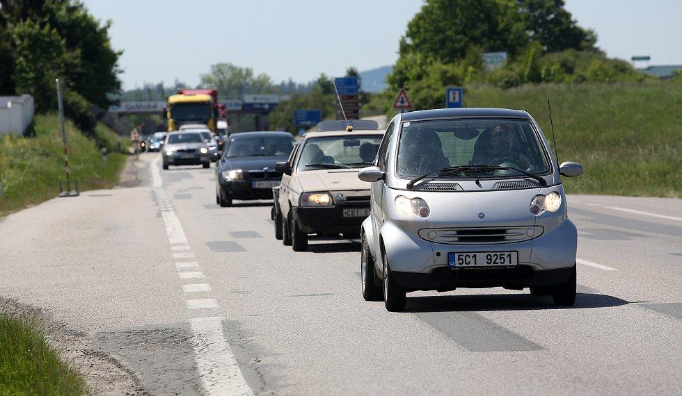 Začaly opravy hlavní silnice u Plané. Budou trvat měsíc a výrazně zpomalí dopravu.