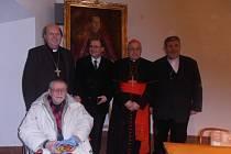 Zleva: biskup Pavel Posád, kněz Karel Fořt (dole), Martin Weis, kardinál Miloslav Vlk a biskup Jiří Paďour.