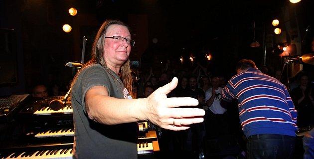Písecký rodák Roman Dragoun natočil sólové album Samota, vdeseti písních se na něm představuje jako šansoniér. Na snímku zlednového koncertu vklubu Highway 61.