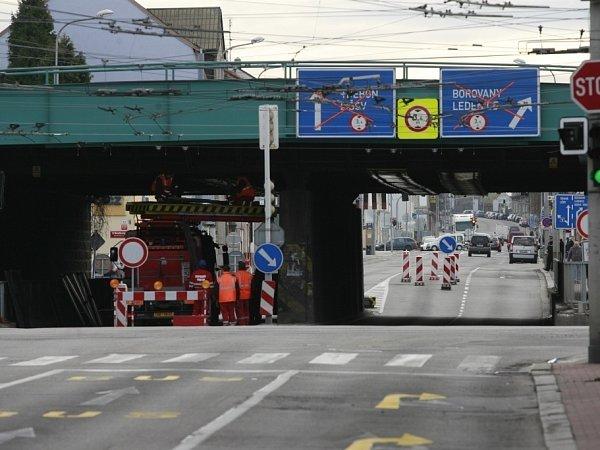 Půl roku zavřený viadukt.
