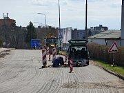 Hlavní průtah na České Budějovice nebo cesta do Kolodějí nad Lužnicí. Silničáři se zde pustili do frézování vozovky.