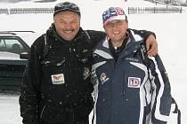 Pavel Ptáček  a  Milan Hrdinka (vlevo) jako první z fanklubu vyrazili do Vancouveru ve čtvrtek ráno ze šumavského Zadova.