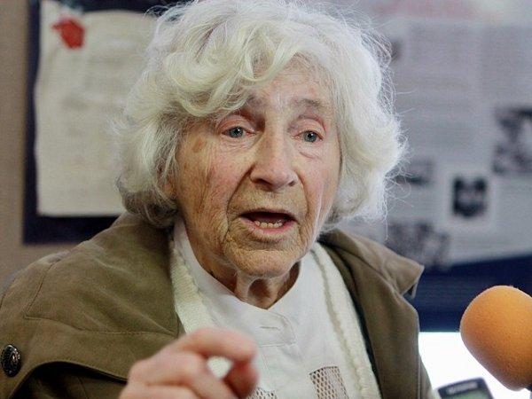 Výstava Smrt pravých neštovic na Jihočeské univerzitě. Eva Aldová, jedna zvýznamných postav světové mikrobiologie druhé poloviny 20.století, která se podílela na likvidaci tyfu vTerezíně ipozdější epidemie vjižních Čechách.